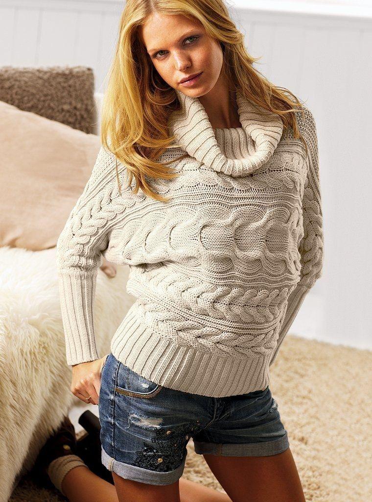 Классический вязаный свитер с высоким горлом или с полукруглым вырезом - пр